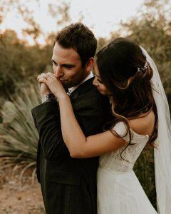بوسیدن دست عروس در عکاسی عروس و داماد