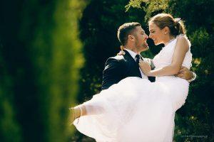 بلند کردن عروس از روی زمین به هنگام عکس عروسی