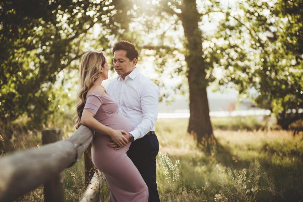 ژست عکس بارداری در فضای باز